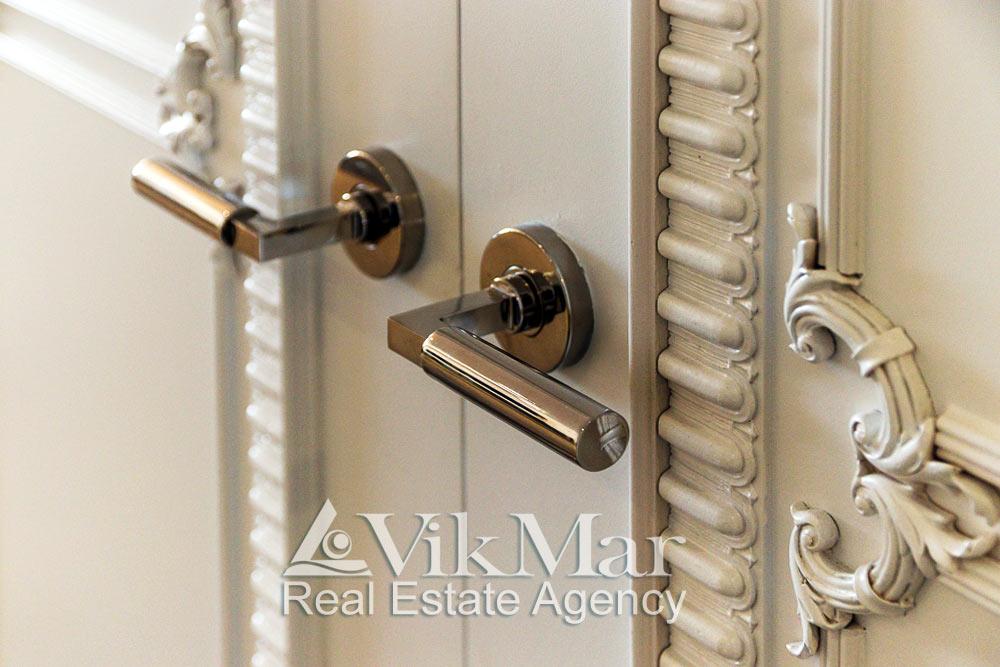 Элегантное сочетание элементов классического декора и дверной фурнитуры в стиле «Хай-Тек» внутренней двери помещения спальни
