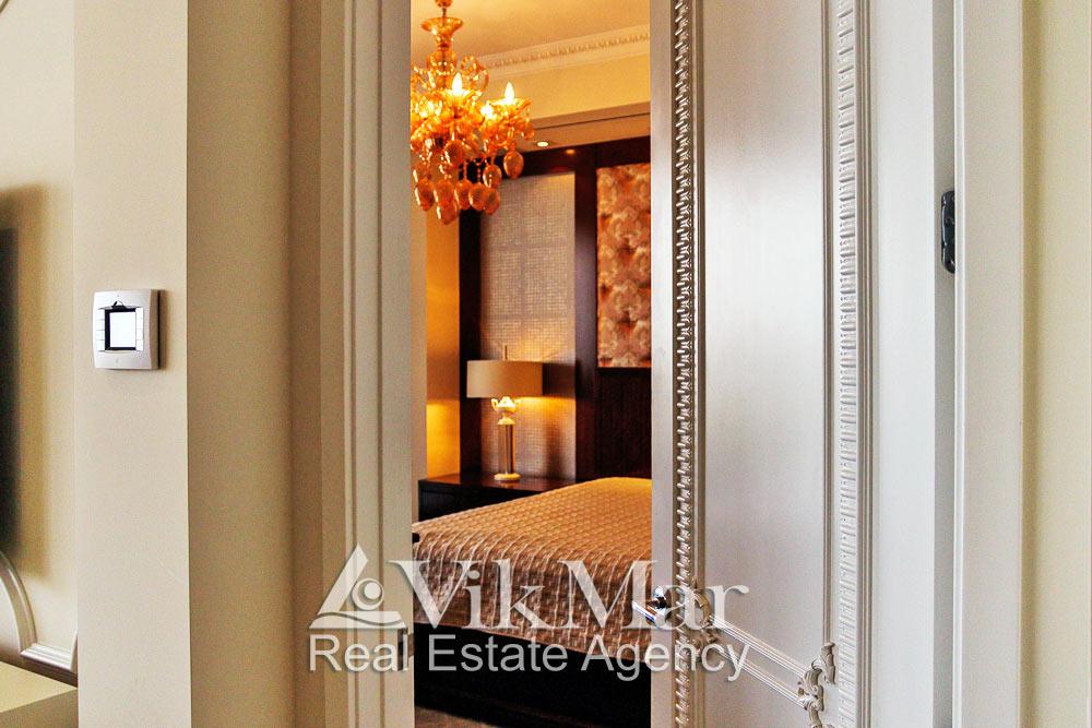 Общий вид дверного полотна с классическим декором в помещении спальни