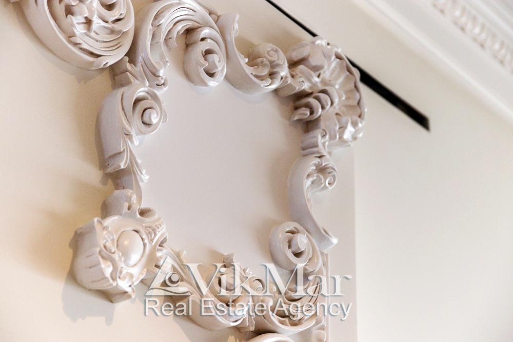 Настенный скульптурный декор в стиле Неоклассицизм в интерьере западного салона гостиной элитной квартиры апартаментов в кондоминиуме St. Regis