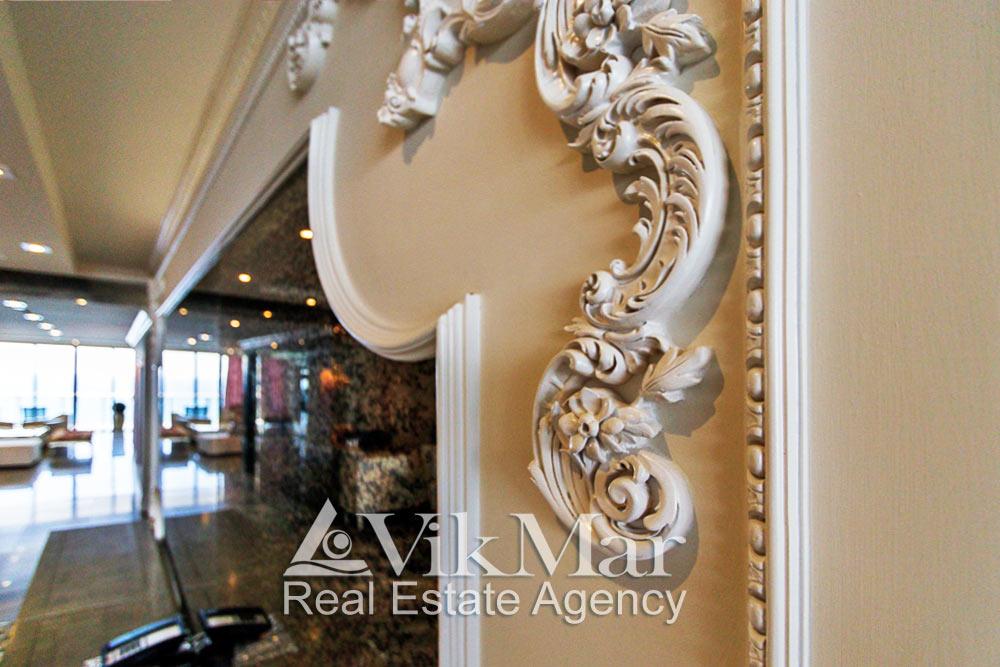Классический настенный орнаментальный декор в интерьере западного салона гостиной элитной квартиры жилого комплекса St. Regis Bal Harbour