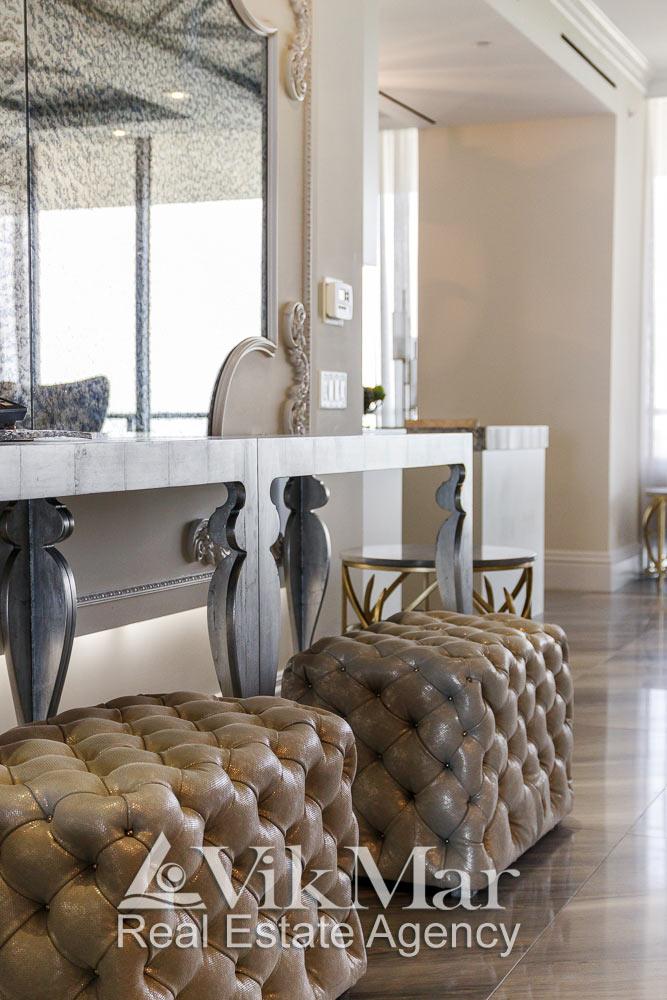 Общий вид классического настенного декора в интерьере западного салона гостиной элитной квартиры в ЖК St. Regis Bal Harbour