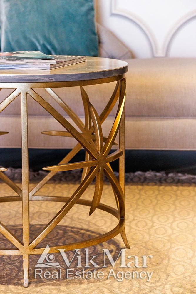 Общий вид стильного журнального столика в интерьере салона гостиной элитной квартиры апартаментов