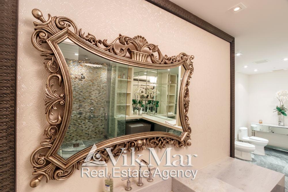Общий вид роскошного декоративного зеркала в интерьере туалетной комнаты элитной квартиры