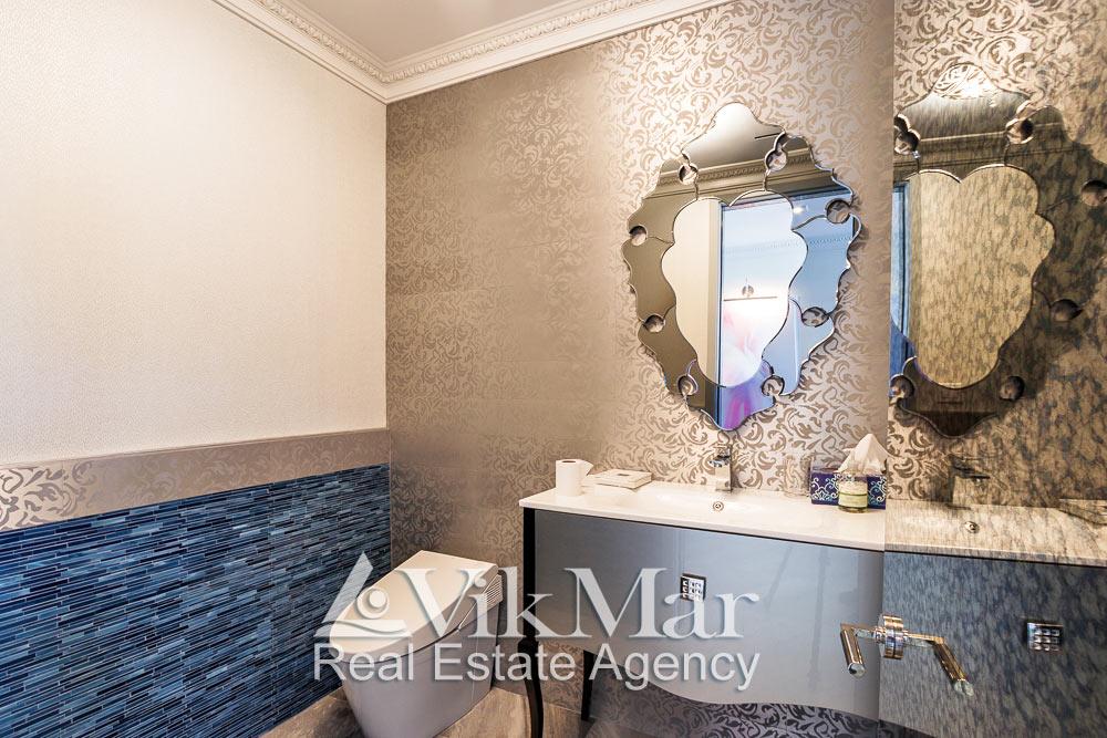 Сочетание классических карнизов с орнаментальными элементами внутренней отделки и декоративными зеркалами в стиле «Ар-Деко в интерьере туалетной комнаты