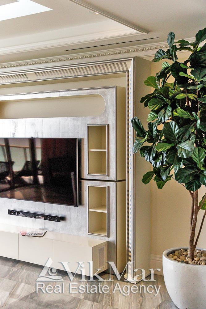 Фото декоративного портала домашнего кинотеатра в интерьере салона гостиной роскошных апартаментов в ЖК St. Regis Bal Harbour