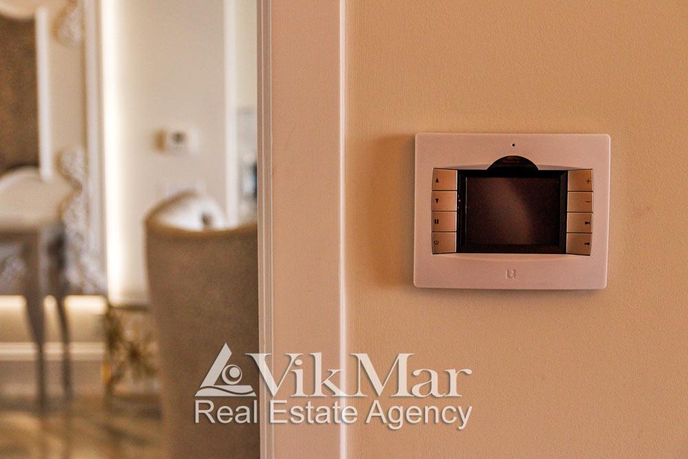 Фото дизайна настенного пульта дистанционного управления системой внутреннего освещения помещений элитной квартиры