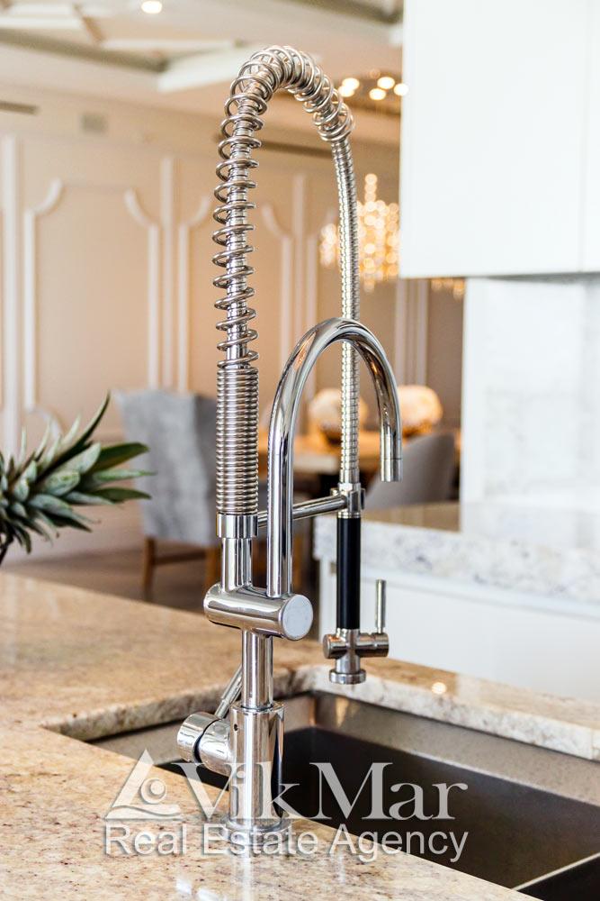 Общий вид мультифункционального оборудования кухни столовой элитной квартиры апартаментов