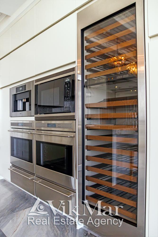 Общий вид фронта встроенного мультифункционального оборудования кухни столовой в стиле «Хай-Тек»