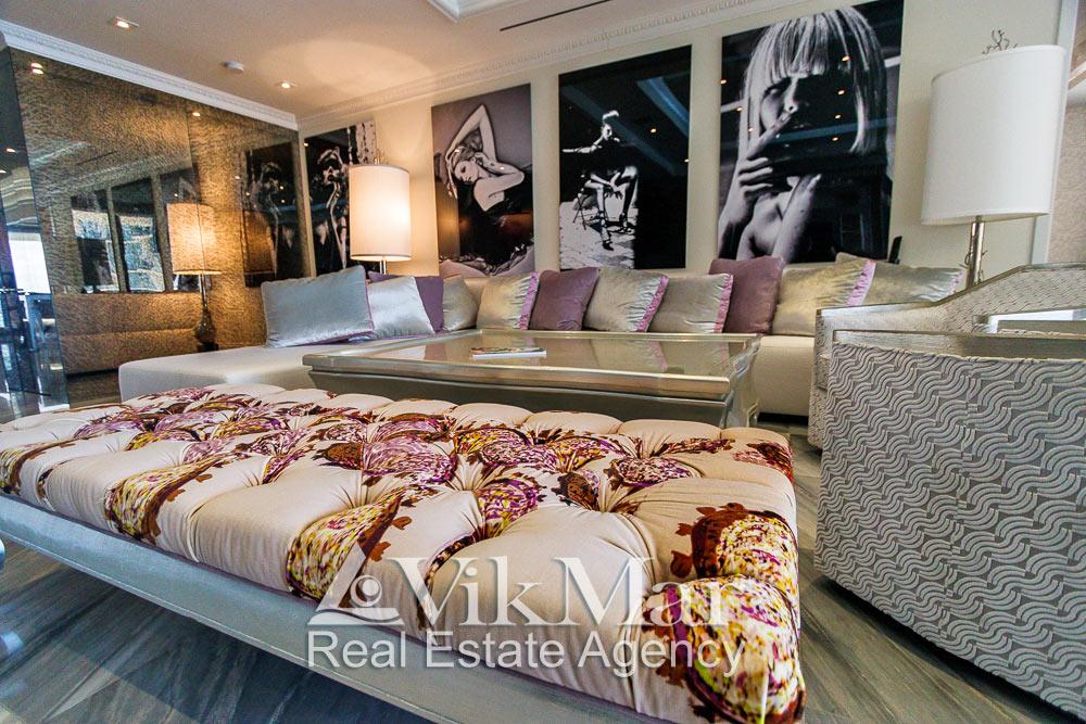 Общий вид комплекта мягкой мебели установленной в зоне отдыха восточного салона гостиной (Great Room) элитной квартиры апартаментов