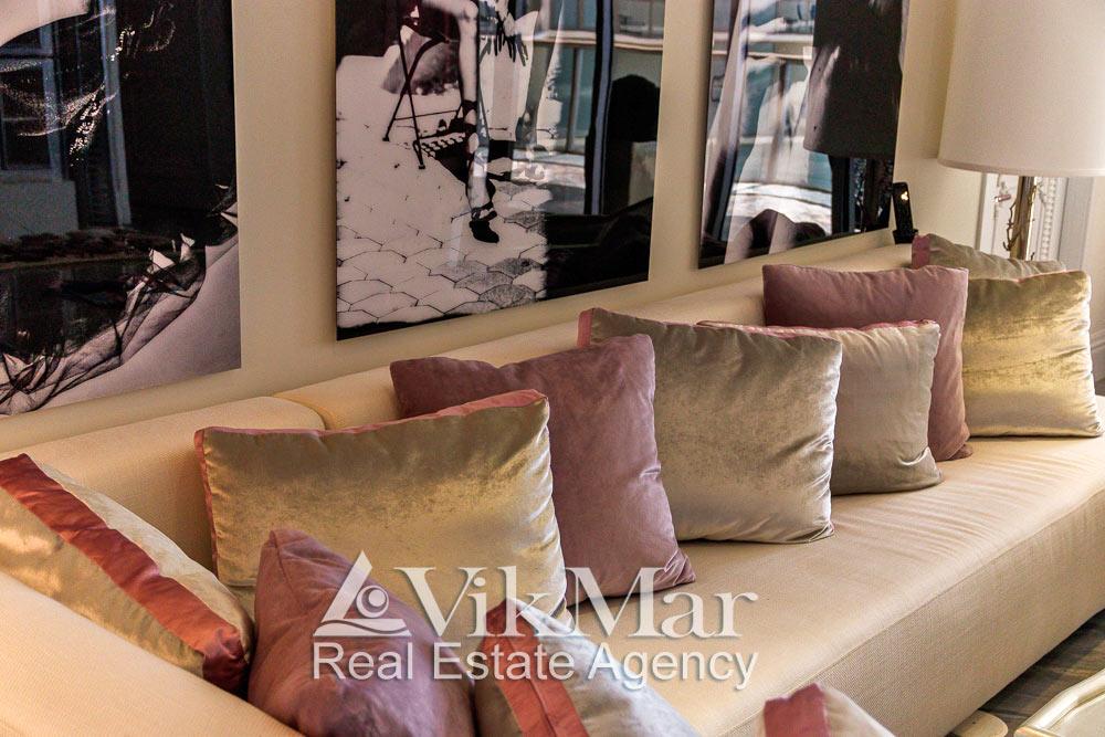 Общий вид дивана установленного в восточном салоне гостиной (Great Room) элитной квартиры в ЖК St. Regis Bal Harbour