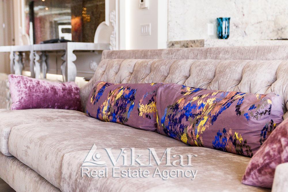 Общий вид дивана в семейной зоне отдыха (Family Room) западного салона гостиной элитной квартиры