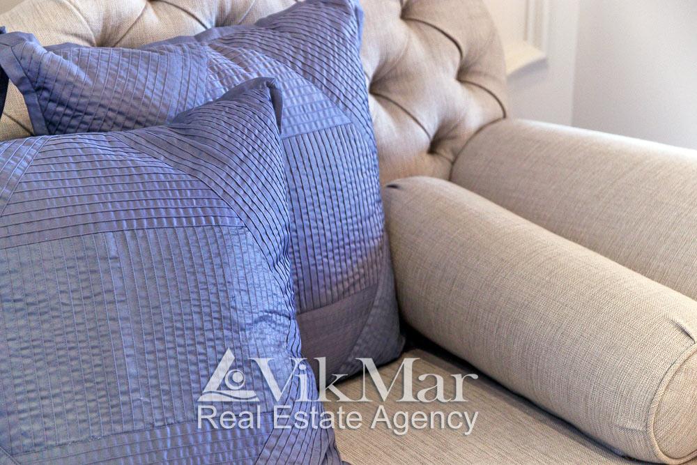 Крупный план дивана в гостиной элитной квартиры в жилом комплексе St. Regis Bal Harbour