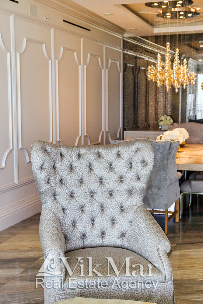 Общий вид кресла в стиле модерн установленного в семейной зоне отдыха западной гостиной