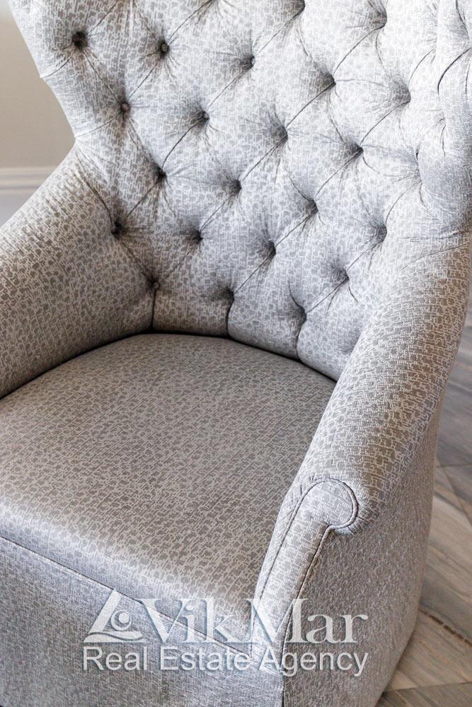 Крупный план элегантного кресла в стиле модерн в семейной зоне отдыха гостиной квартиры