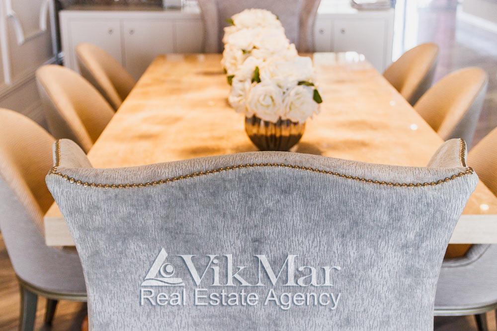 Крупный план декоративной отделки спинки кресла в стиле модерн в составе мебельного гарнитура столовой квартиры