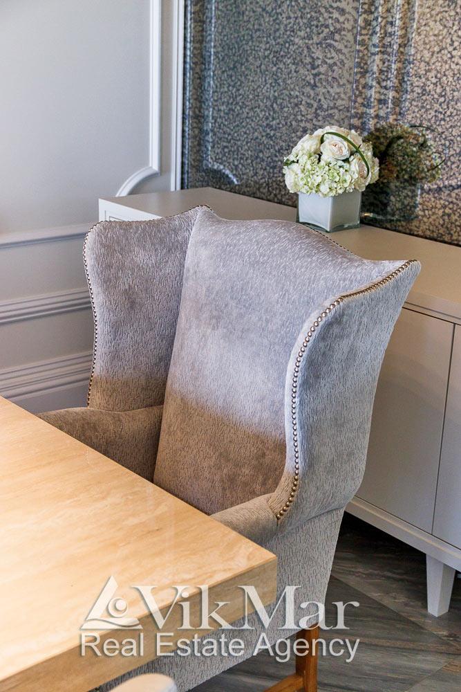 Общий вид элегантного кресла в стиле модерн в обеденной зоне гостиной квартиры апартаментов