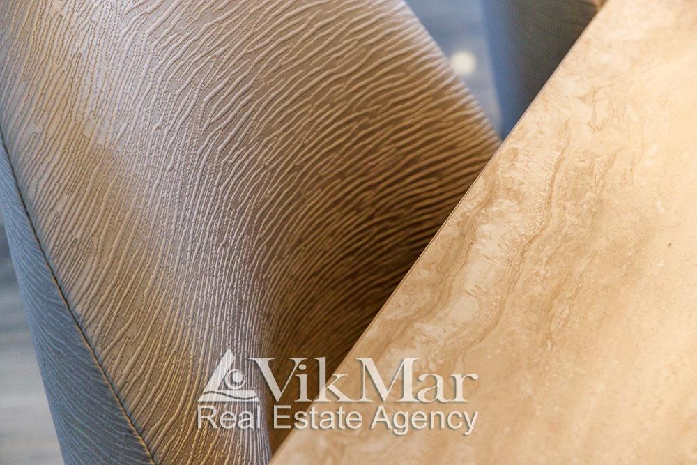 Крупный план текстуры и фактуры декоративной отделки спинки стула в стиле модерн столовой квартиры