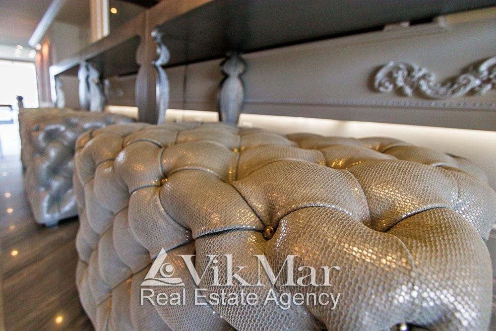 Крупный план декоративной отделки комплекта мягкой мебели установленной в западном салоне элитной квартиры
