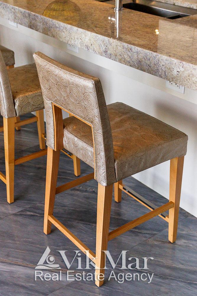 Общий вид модернистских стульев в составе комплекта кухонной мебели квартиры