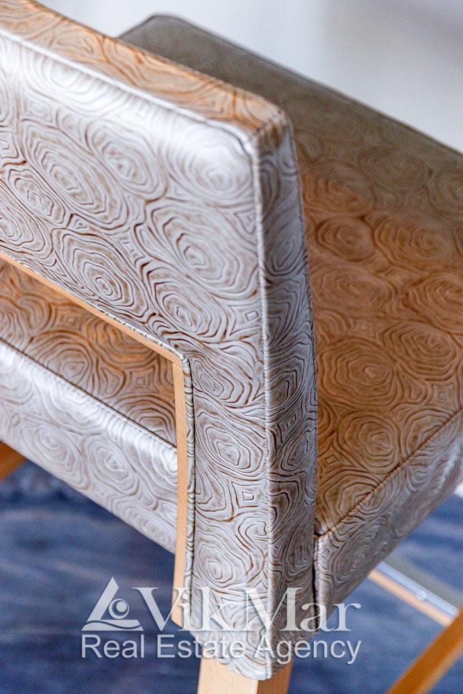 Общий вид декоративной отделки кухонных стульев элитной квартиры в жилом комплексе St. Regis Bal Harbour