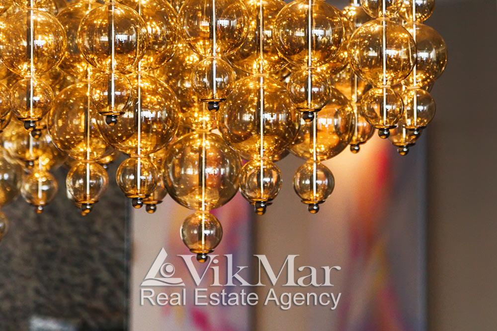 фото элементов комбинированной люстры обеденной зоны западного салона гостиной элитной квартиры в жилом комплексе St. Regis Bal Harbour в Майами Бич, США
