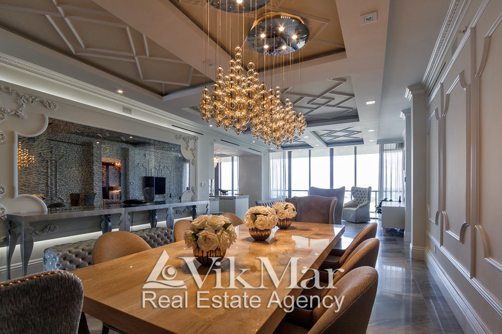 Фото комбинированного светотехнического решения интерьера обеденной зоны западной гостиной элитных апартаментов в Майами