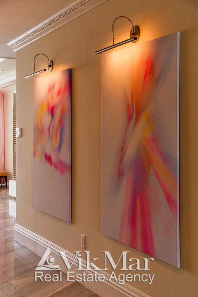 Элегантные бра в стиле «Хай-Тек» в прихожей элитной квартиры в жилом комплексе St. Regis