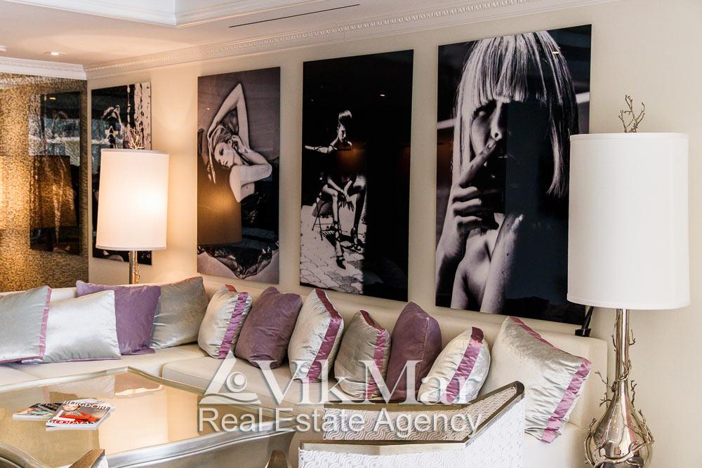 Модернистские торшеры зоны отдыха восточного салона гостиной элитной квартиры апартаментов в Майами Бич