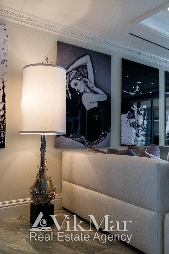 Общий вид напольного торшера в стиле модерн в восточной гостиной элитных апартаментов в Майами
