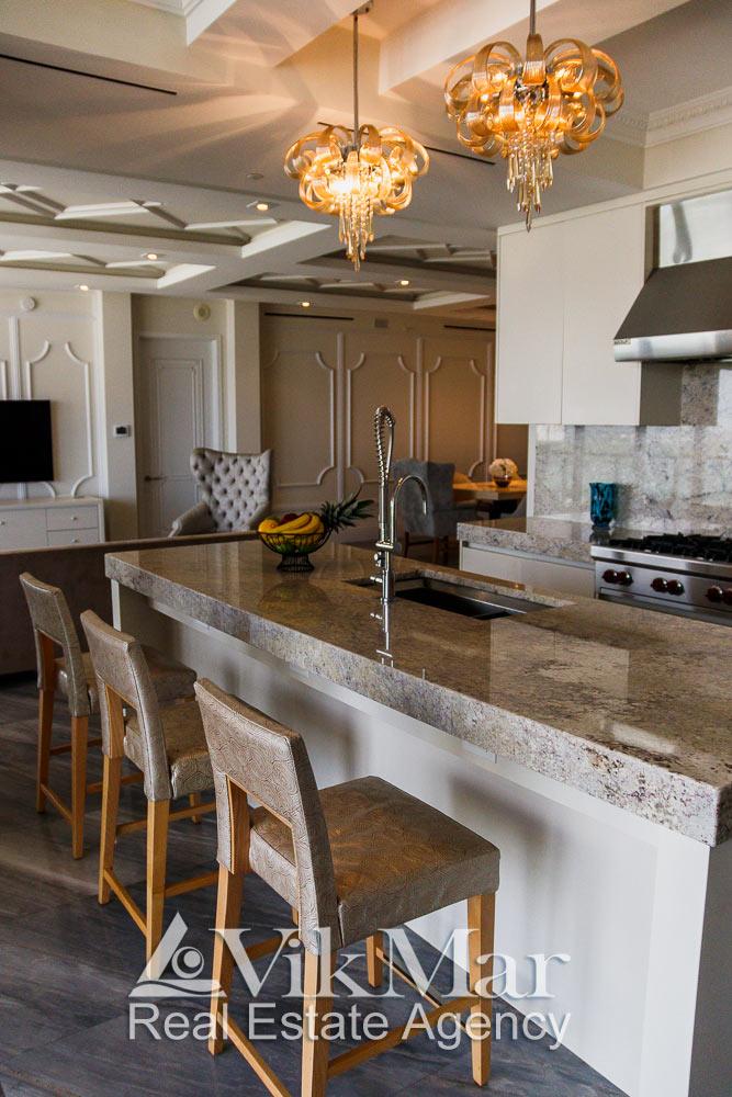 Оригинальные люстры в интерьере кухни столовой элитной квартиры жилого комплекса St. Regis в Майами Бич