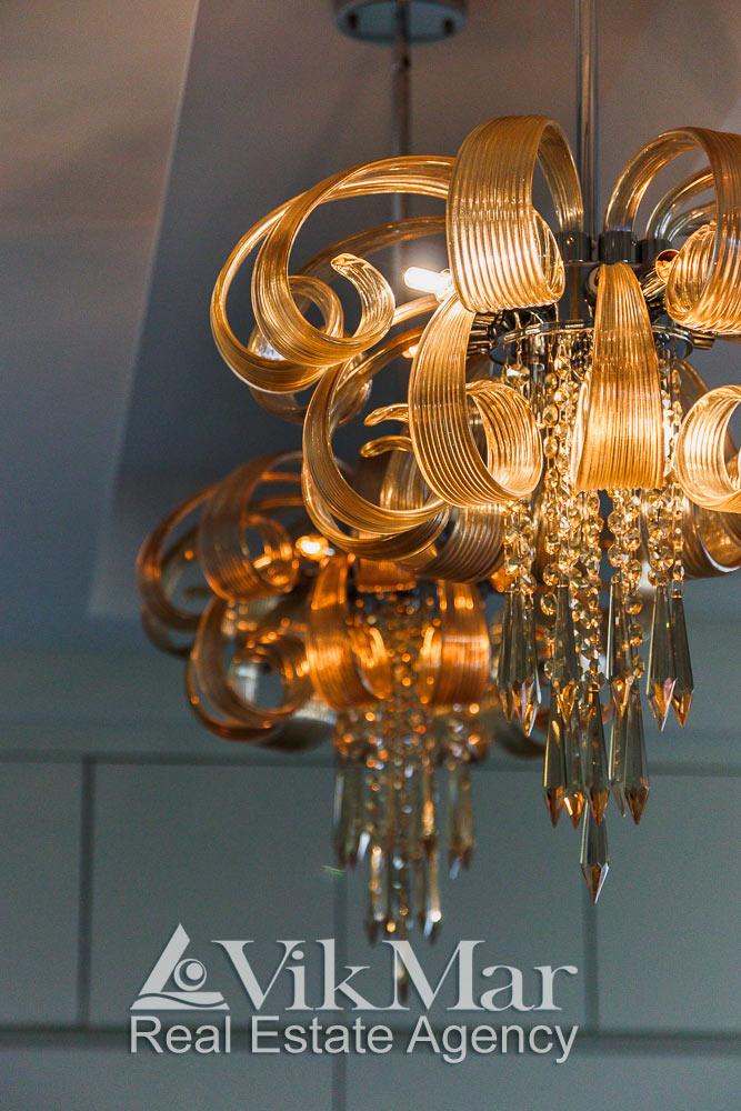 Общий вид элегантных люстр кухни столовой роскошных апартаментов в Майами Бич, США