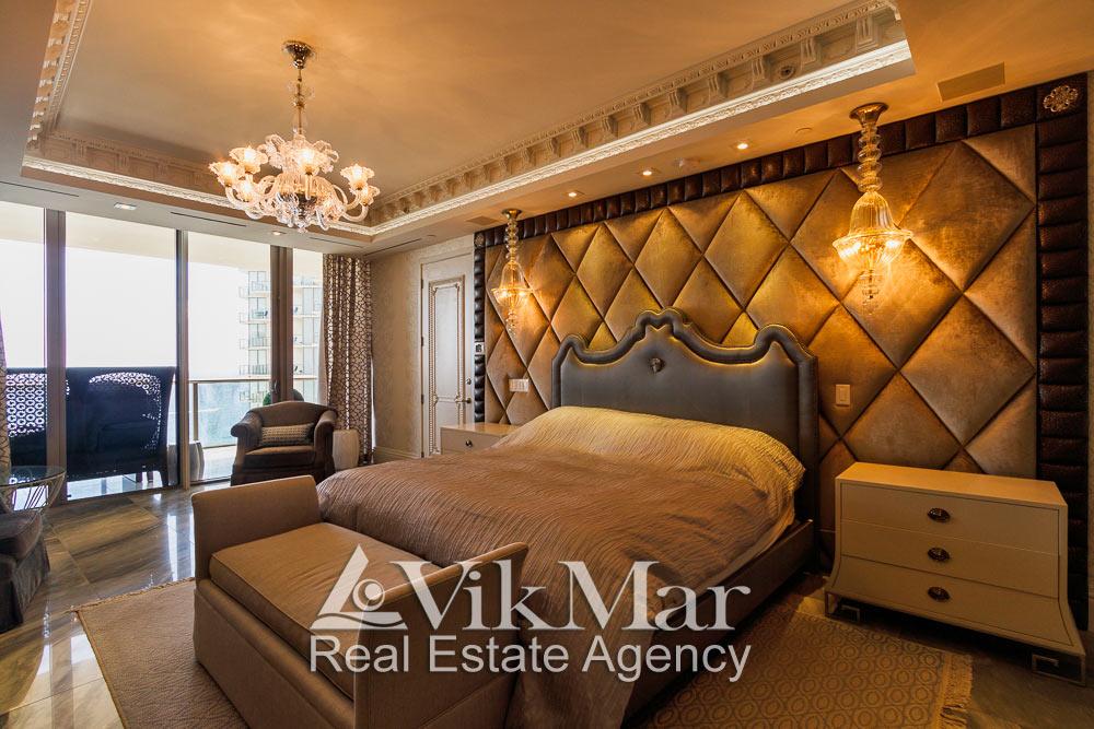 Фото комбинированного светотехнического решения интерьера спальни хозяев элитных апартаментов в Майами Бич, США
