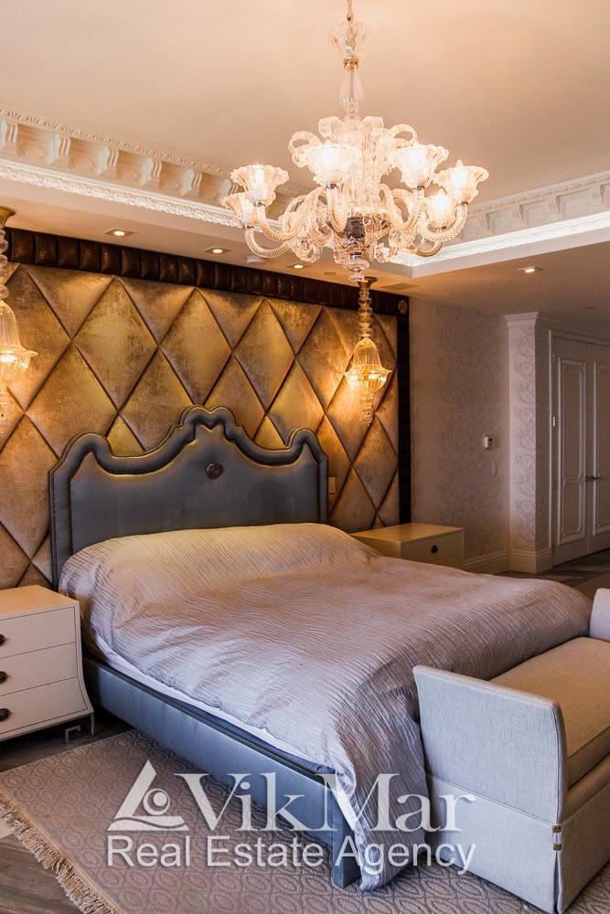 Общий вид люстры в спальне хозяев элитной квартиры в жилом комплекса St. Regis в Майами Бич, США