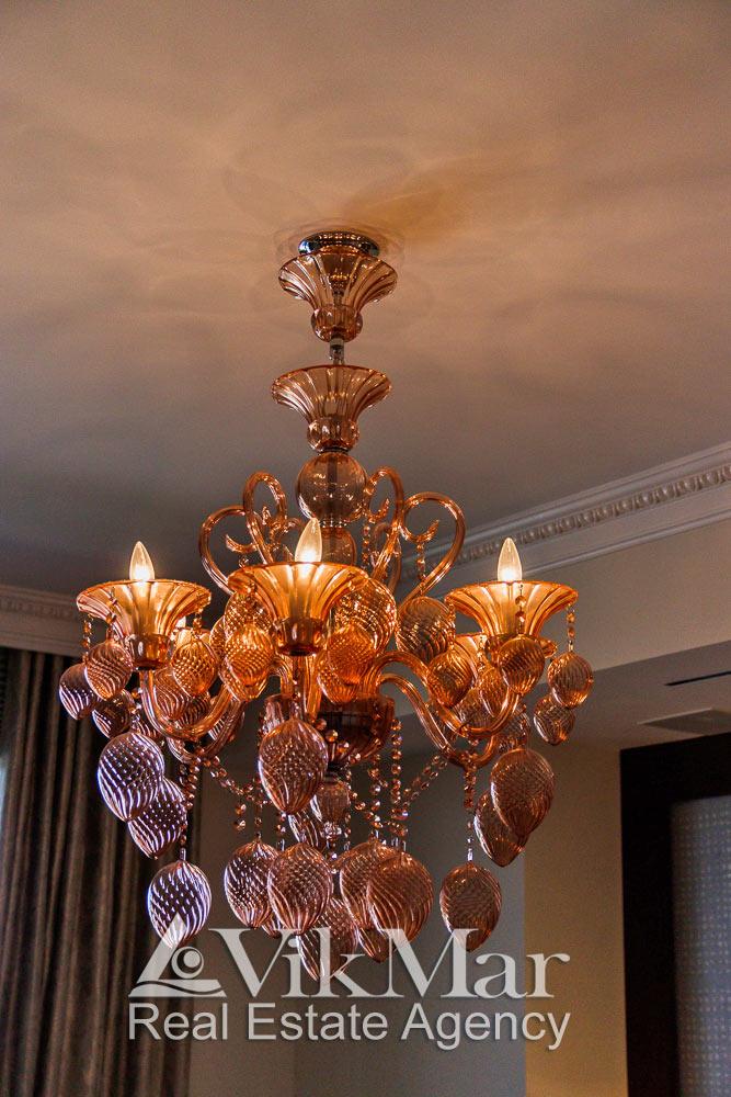 Фото роскошной люстры в западной спальне элитной квартиры в комплекса St. Regis в Майами Бич