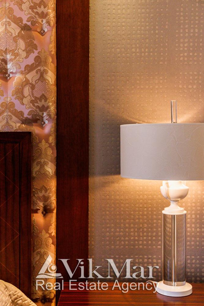 Фото стильного торшера западной спальни элитных апартаментов жилого комплекса St. Regis в Майами Бич, США