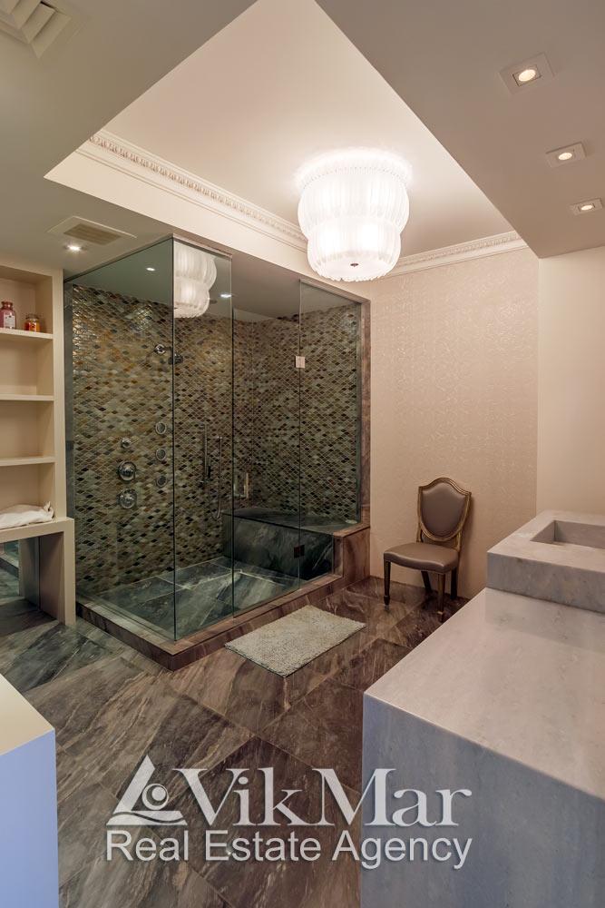 Общий вид комбинированного освещения помещения ванной элитной квартиры в комплексе St. Regis в Майами Бич