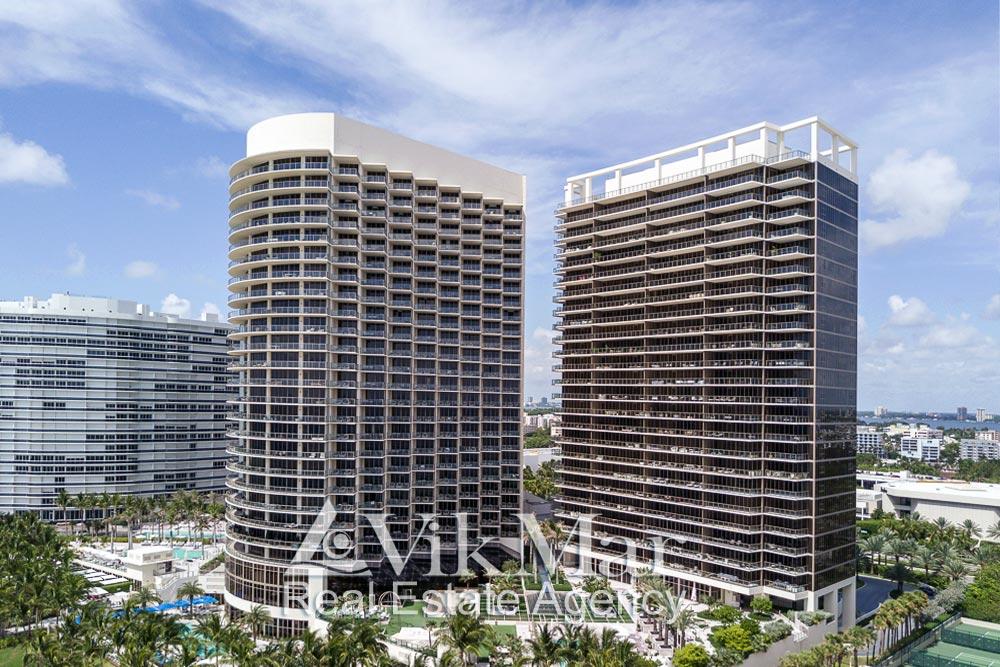 Фото «Центральной» и «Северной» башен элитного курортного комплекса «St. Regis Bal Harbour Resort» со стороны океана