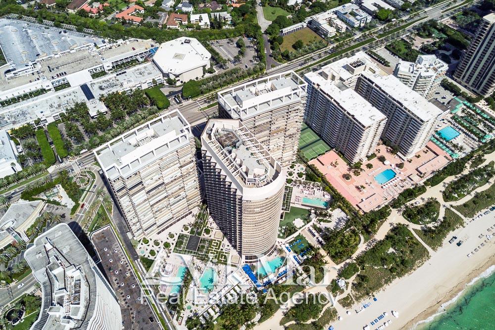 Перспектива с высоты птичьего полета территории и зданий элитного жилого комплекса «St. Regis Bal Harbour Resort» в Майами Бич, США