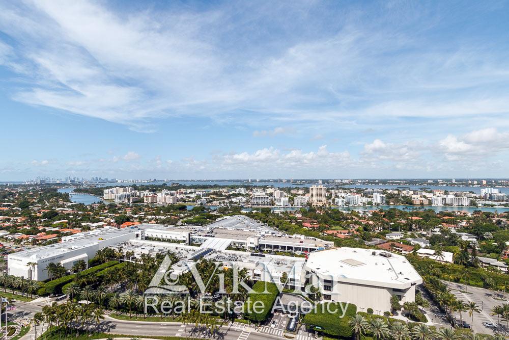Фото Майами-Бич с видом на гипермаркет Bal Harbour и жилые районы у залива Бискейн