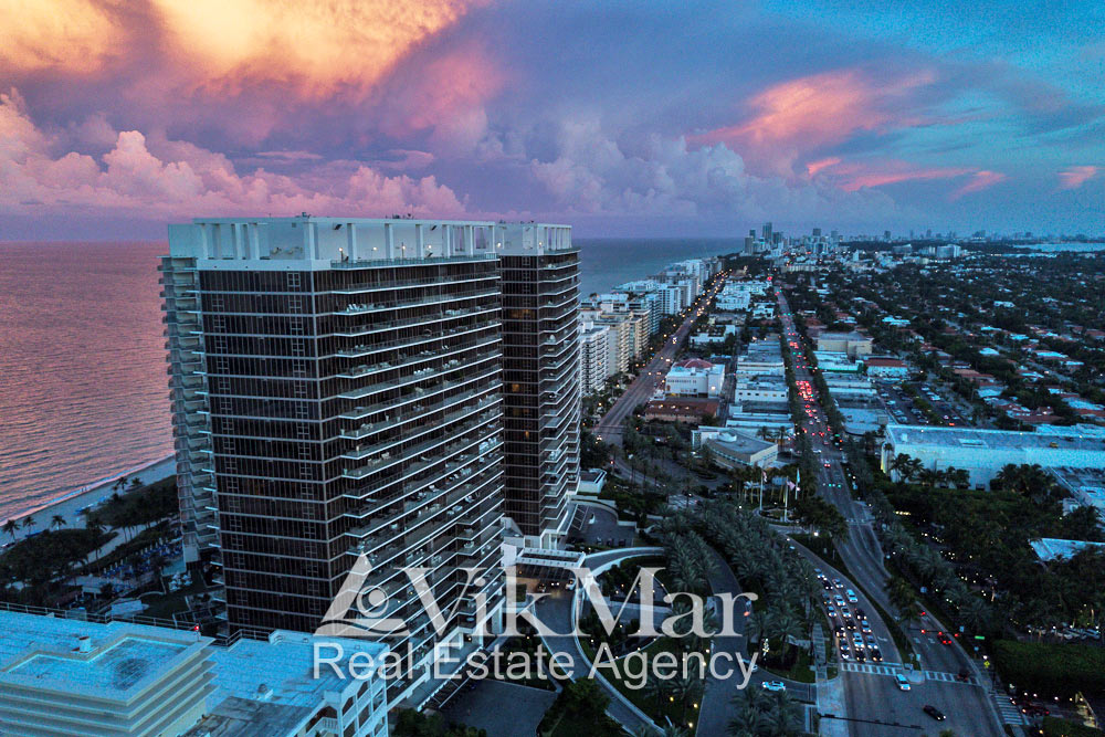 Вечерняя панорама жилых районов Майами-Бич с видом на океан