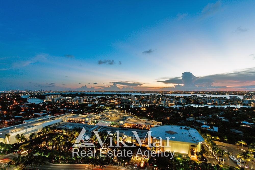 Вечерняя панорама Майами-Бич с видом на гипермаркет Bal Harbour, залив Бискейн и районы города Майами