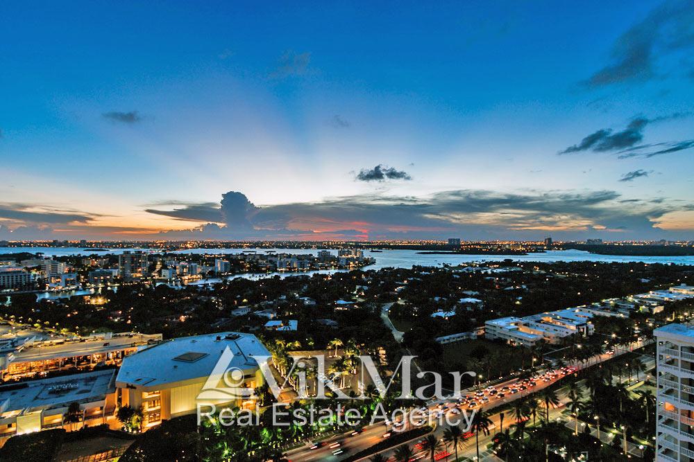 Вечерняя панорама Майами-Бич с видом на районы Майами и залив Бискейн