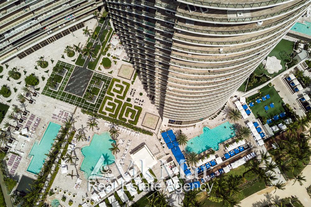 Озеленение и благоустройство территории пляжного клуба у «Центральной» башни пятизвездочного отеля в составе комплекса «St. Regis». Вид сверху