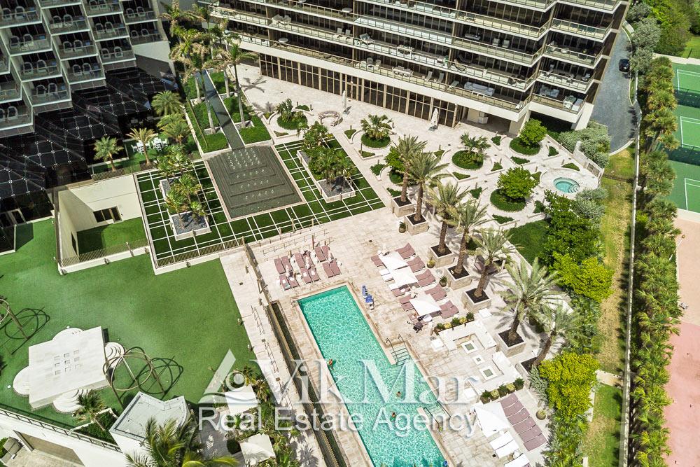 Общий вид благоустройства и ландшафтного дизайна территории пляжного клуба «Центральной» и «Северной» башен комплекса «St. Regis» в Майами Бич
