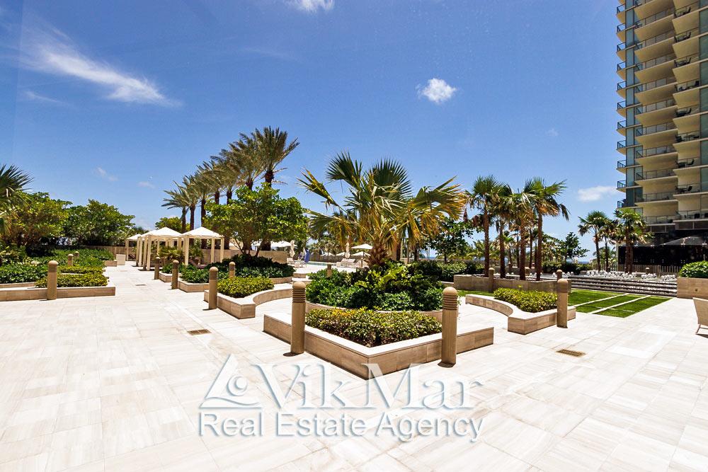 Элегантный ландшафтный дизайн территории пляжного клуба у здания «Центральной» башни курортного комплекса «St. Regis Bal Harbour»