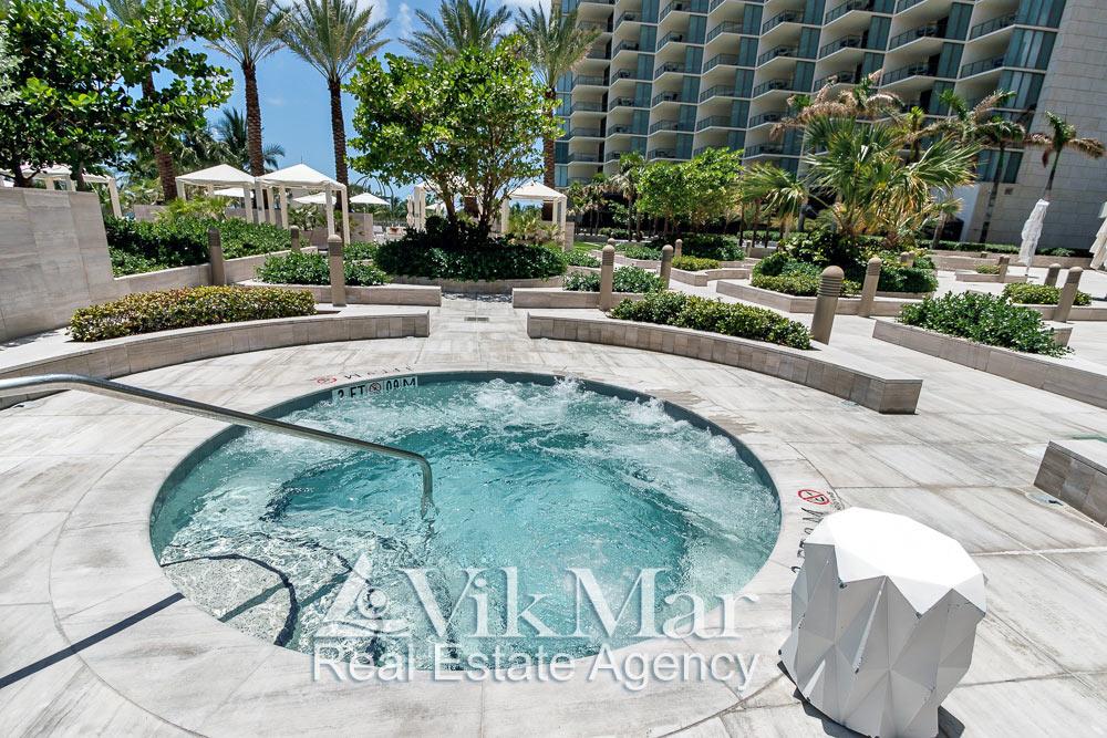 Фото открытого бассейна джакузи на территории зоны отдыха у «Северной» башни комплекса «St. Regis» в Майами Бич