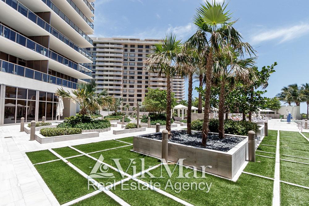 Тропическое озеленение и благоустройство открытого солярия у жилого здания «Северной» башни кондоминиума «St. Regis Bal Harbour» в Майами Бич, США