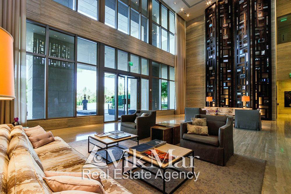 Общий вид меблированной зоны для посетителей вестибюля элитного комплекса «The St. Regis» в районе Bal Harbour в Майами Бич