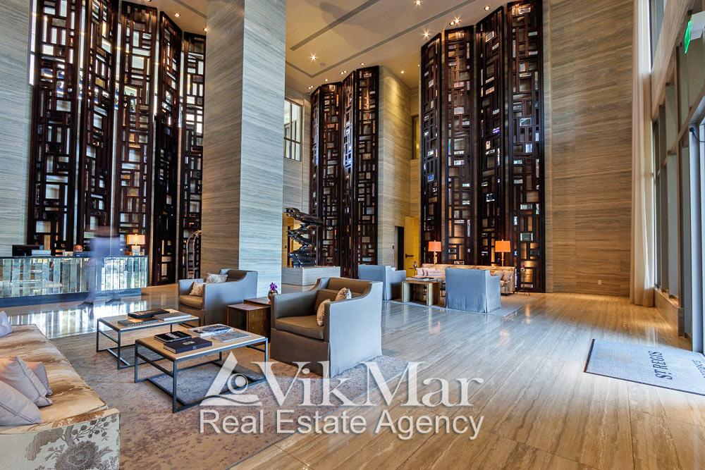 Фото элегантного интерьера двухсветного вестибюля здания кондоминиума «The St. Regis Bal Harbour Resort»