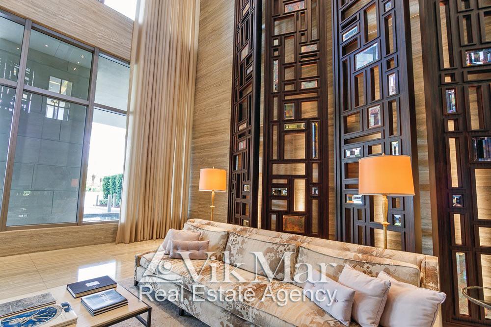 Элегантный дизайн меблированной зоны для посетителей в вестибюле «Северной» башни кондоминиума «The St. Regis» в Майами Бич